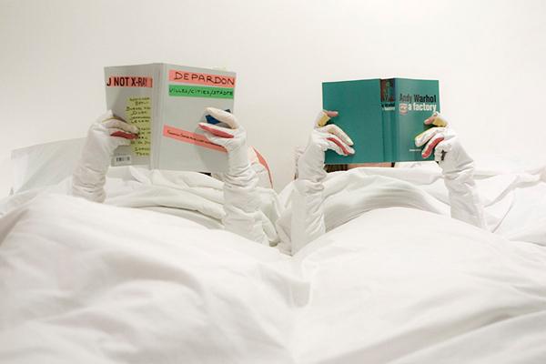 Lenzuola con guanti per la lettura