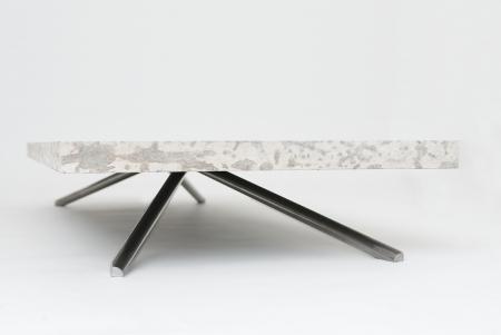 Tavolo in pietra effetto sospeso