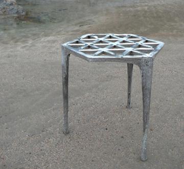 Uno sgabello costruito nella sabbia