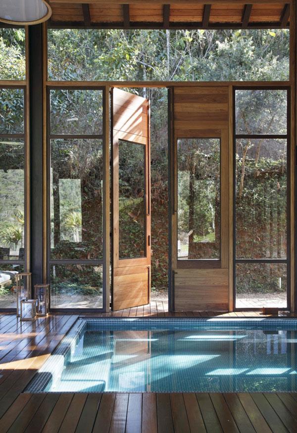 Casa costruita su piscina naturale for Ottenere una casa costruita