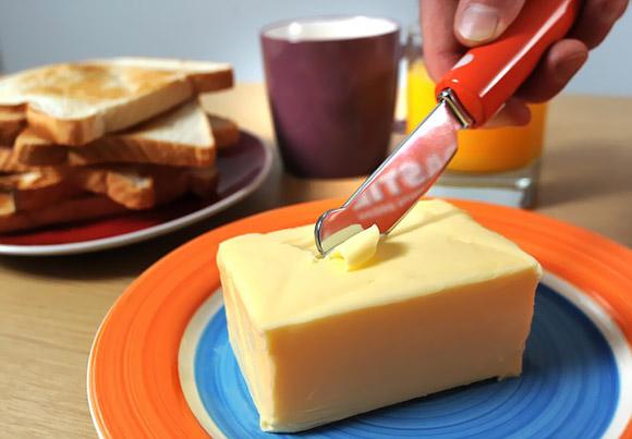 Coltello riscaldato per tagliare il burro