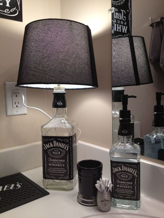 Lampada realizzata con bottiglie di vetro