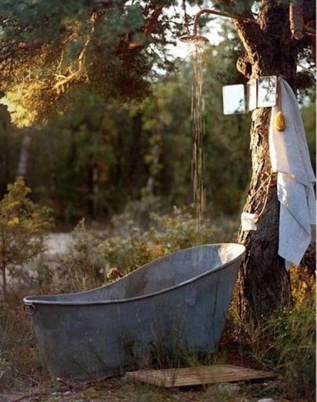 doccia esterna immersa nella natura