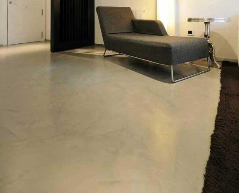 pavimento-grigio-chiaro-zona-giorno-microcemento-resina-microtopping.43.jpg