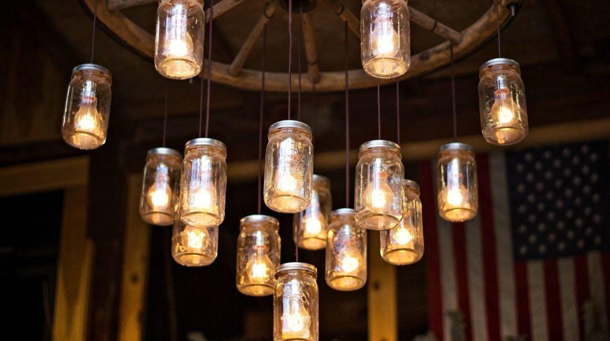 Lampadari Con Bottiglie Di Vetro riciclo creativo: come realizzare una lampada con un