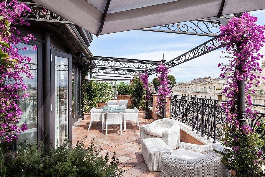 terrazzo con fiori e piante