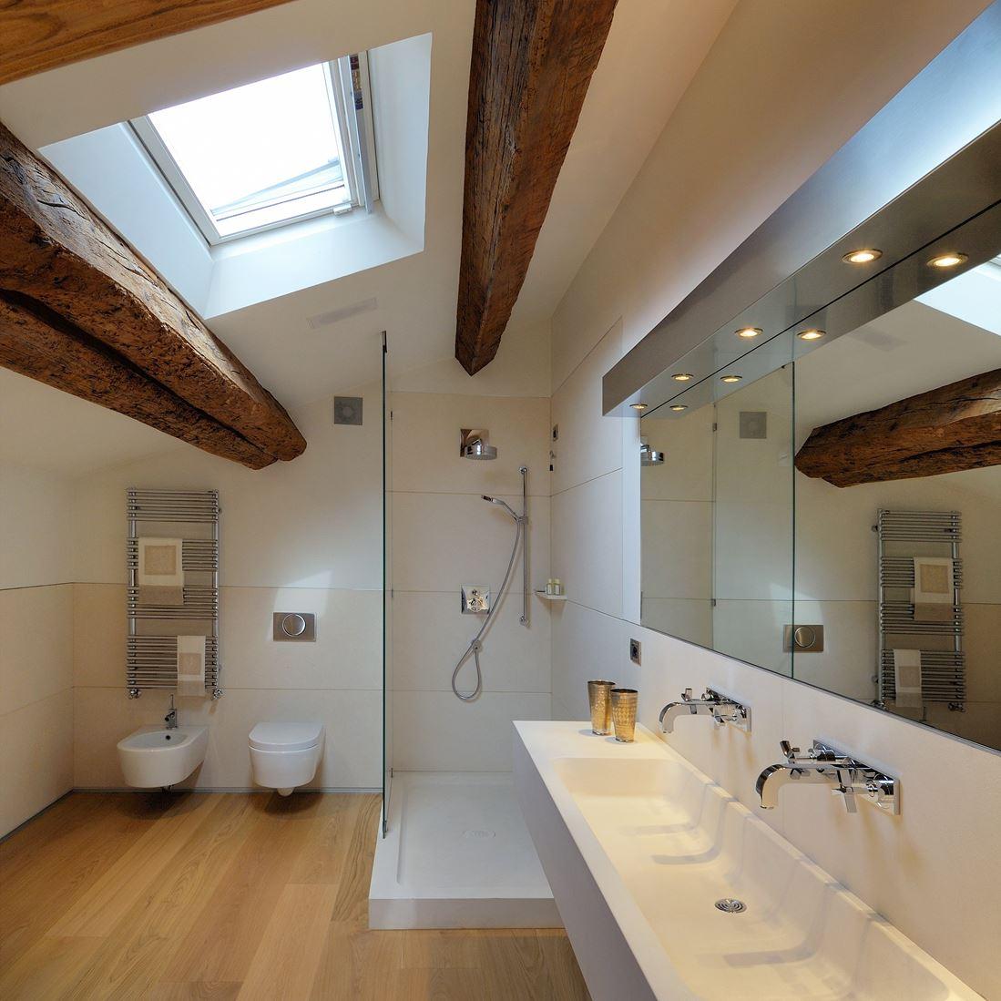bagno-travi-a-vista-legno