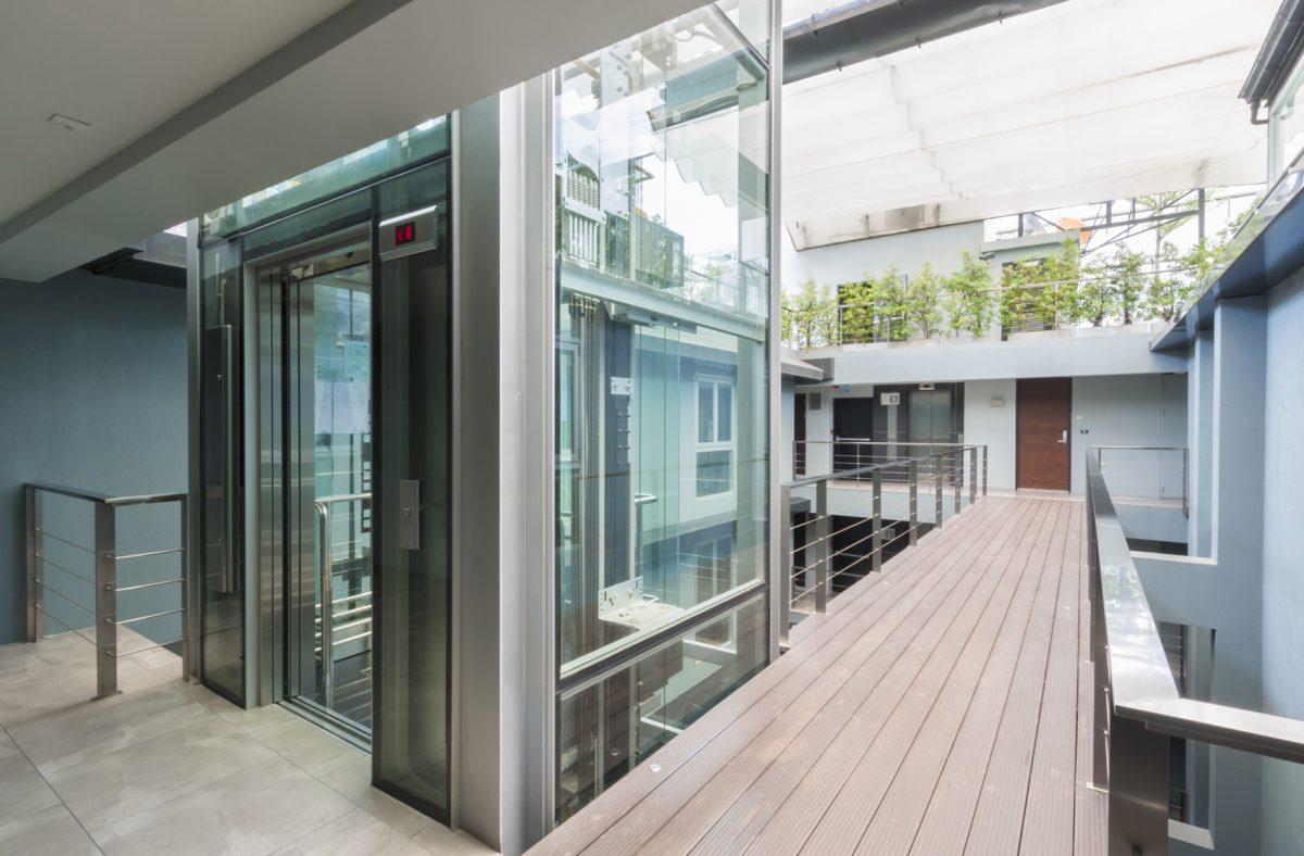 ascensore-aperto-terrazzo-parquet
