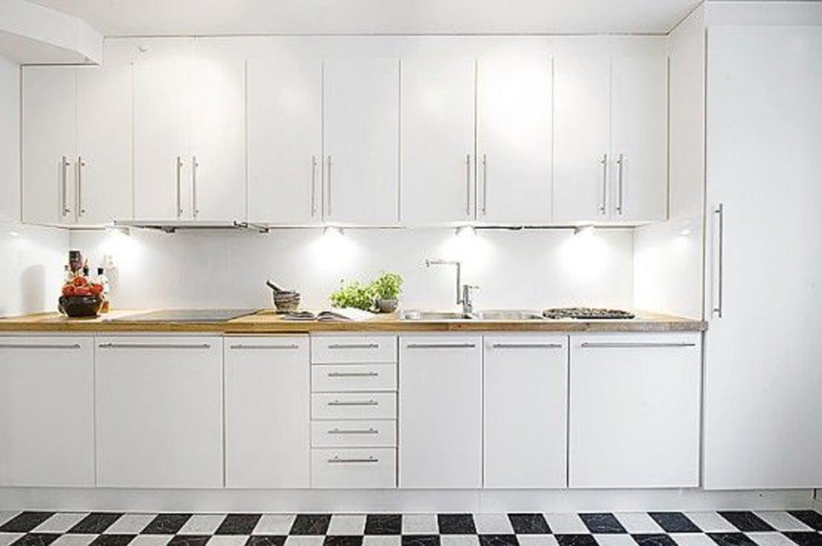 colore-bianco-cucina-pavimento-scacchi