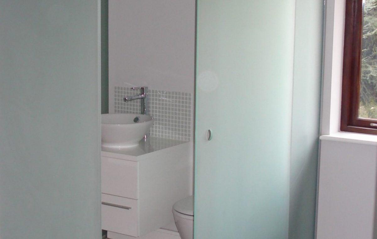 Come arredare un bagno piccolo quadrato - Porta scorrevole bagno ...