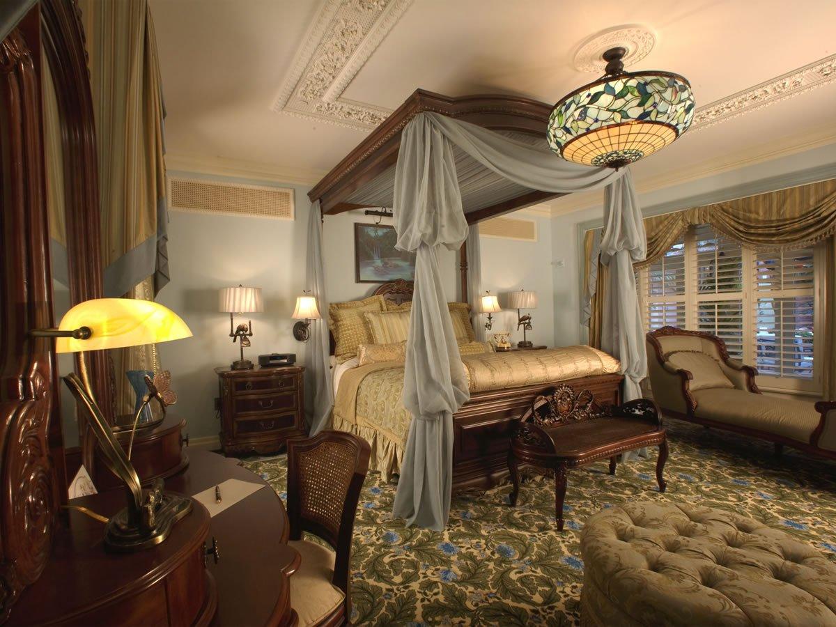 stile-vittoriano-camera-letto-baldacchino