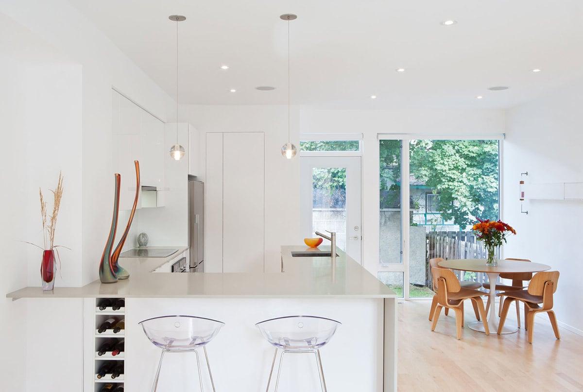 angolo-colazione-cucina-sedie-plastica
