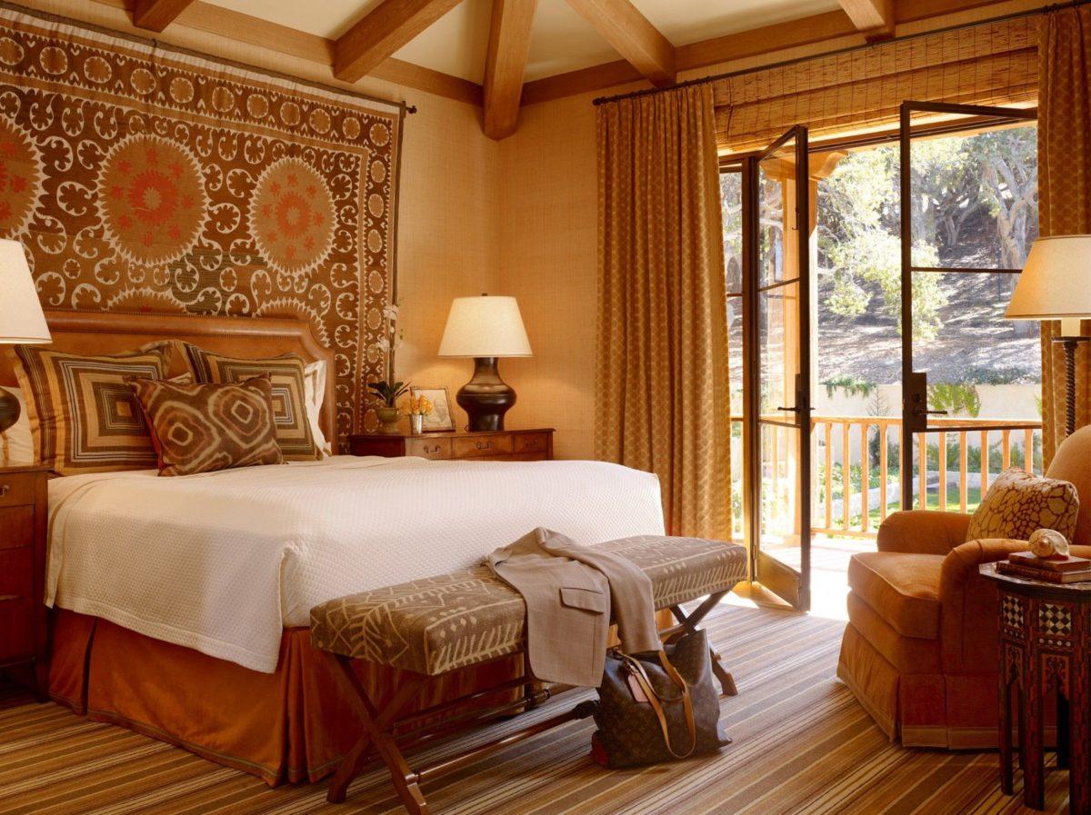 casa-stile-spagnolo-camera-letto-arazzi