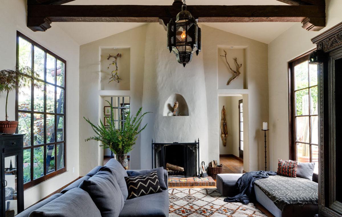 casa-stile-spagnolo-soggiorno-lungo