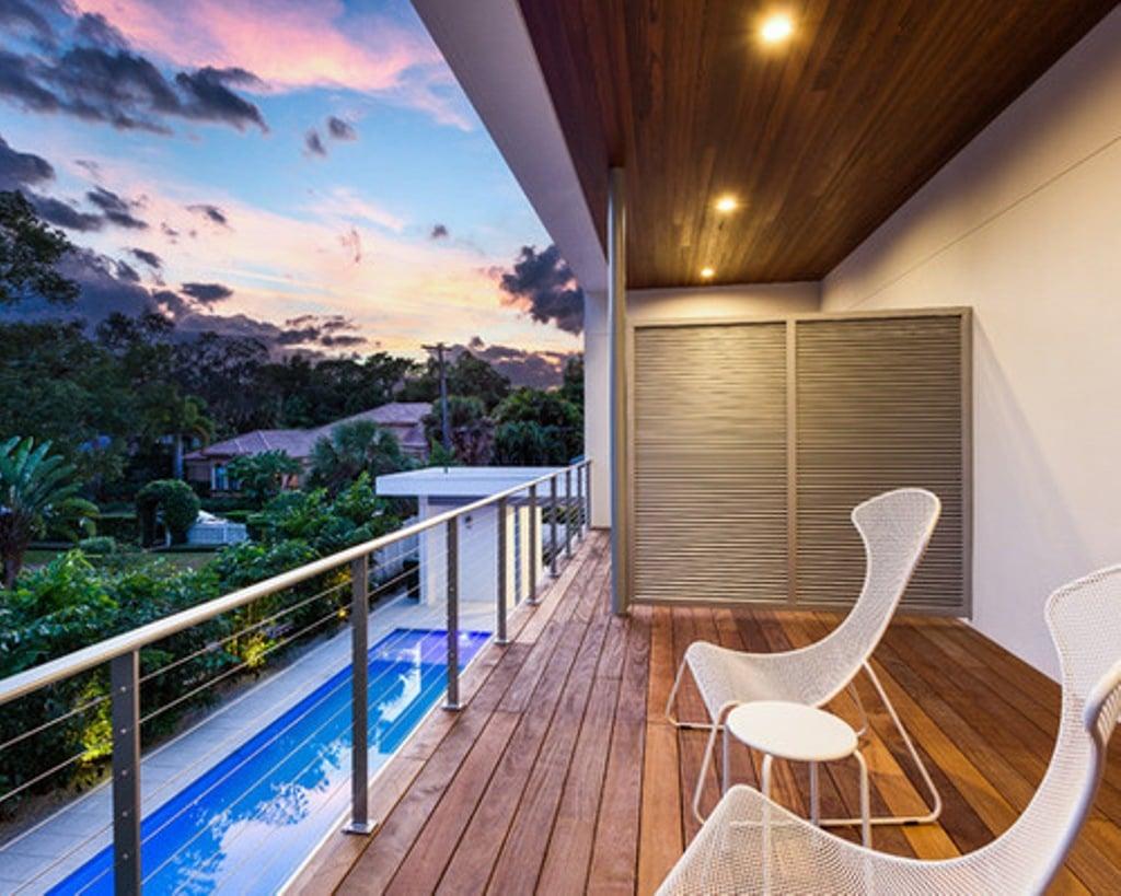 balcone-stretto-lungo-pavimento-legno