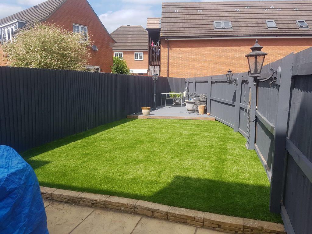 tappeto-erboso-giardino-retro