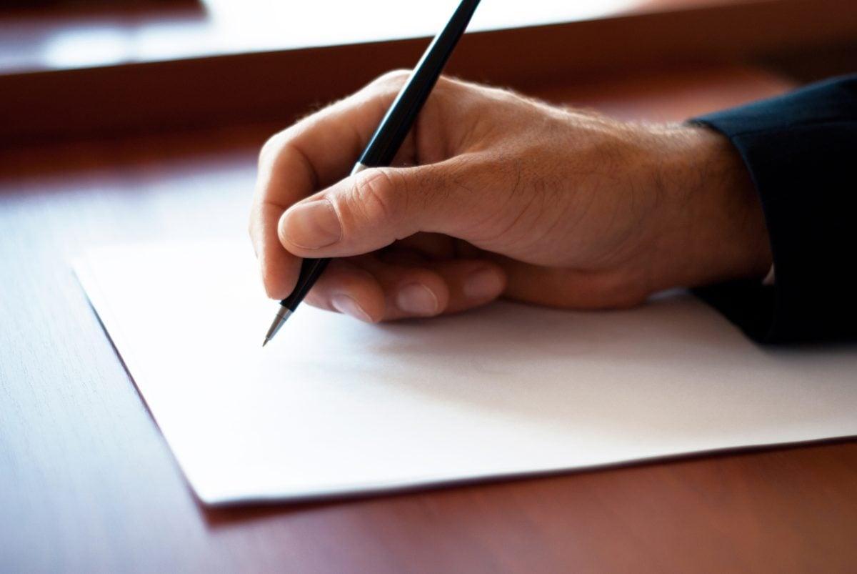 uomo-che-scrive-lettera