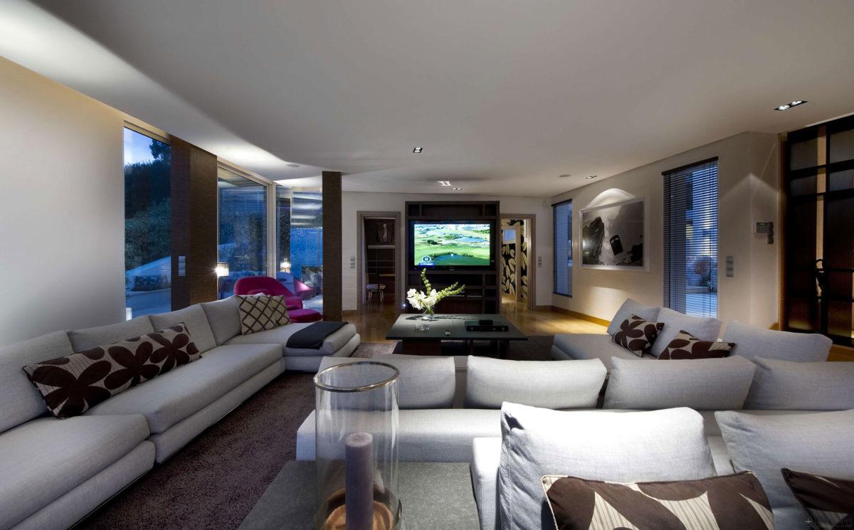 salone-doppio-divani-bianchi