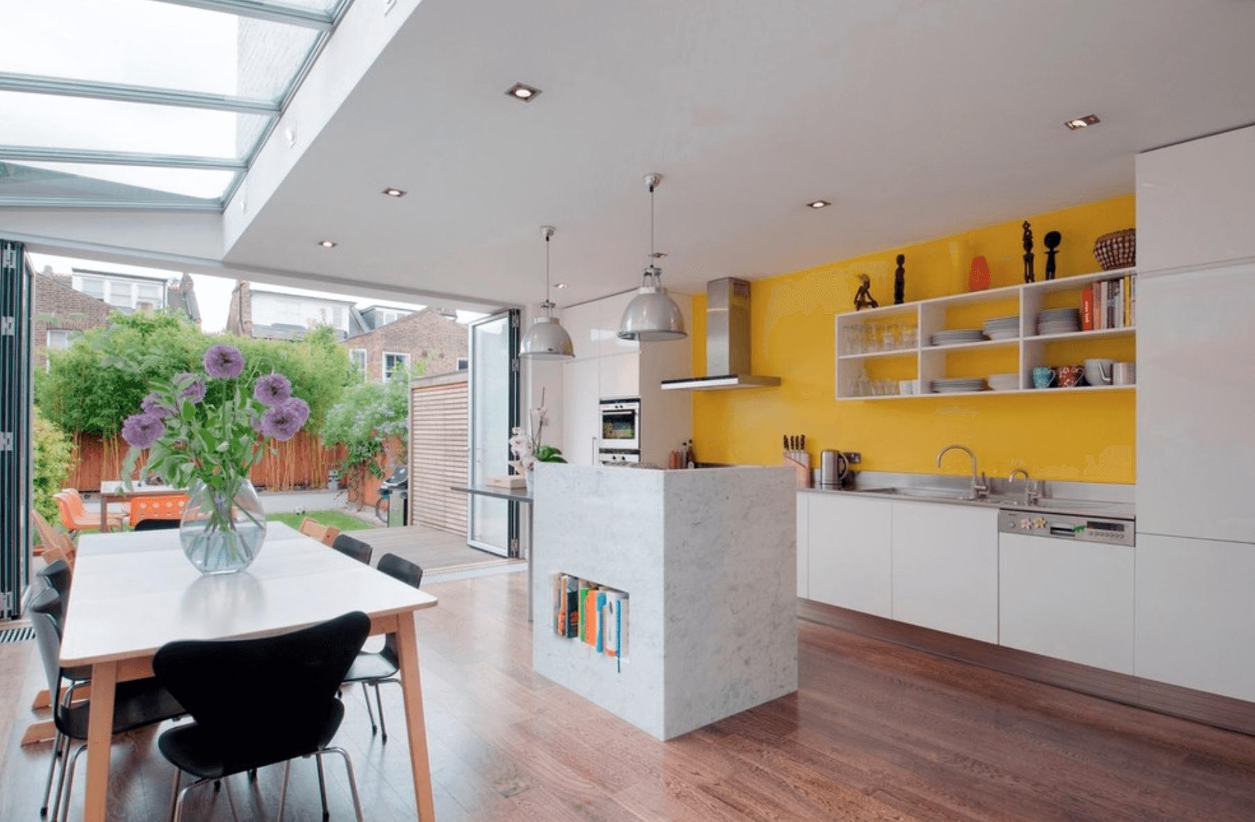 cucina-bianca-parete-gialla