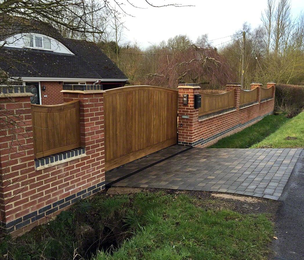 recinzione-giardino-muro-legno-ingresso