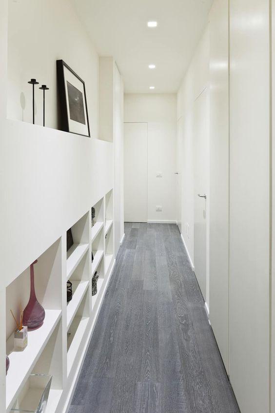 abbellire-corridoio-mensole-parete-attrezzata