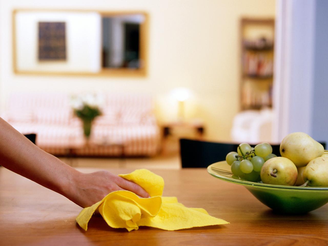 pulire-tavolo-legno