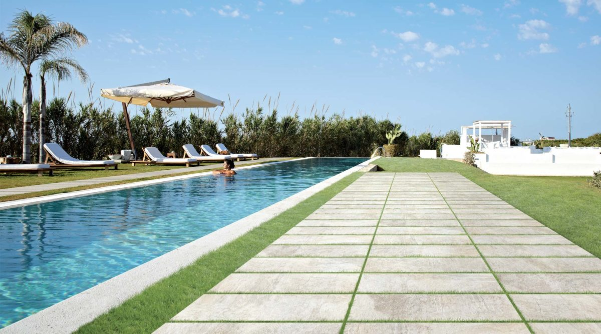 gres-porcellanato-esterno-piscina-camminata