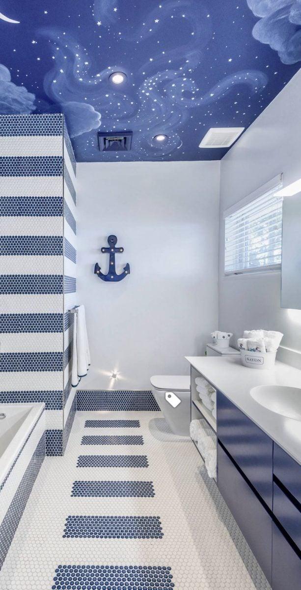 stile-coastal-bagno-decorazioni-soffitto