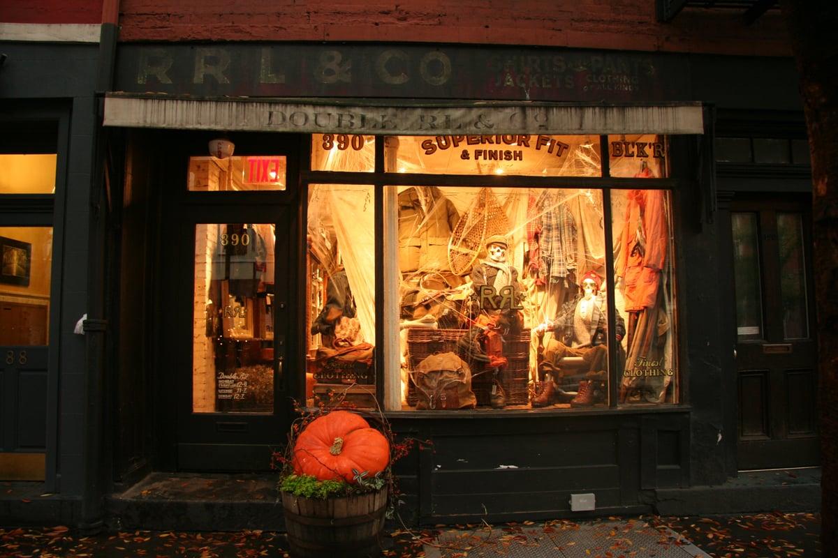 7a0b902199fb Vetrine negozi Halloween
