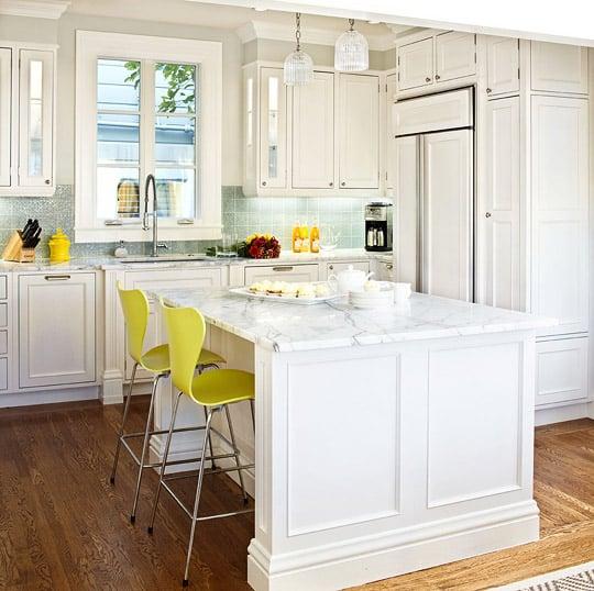 Cucina-bianca-elemento-giallo