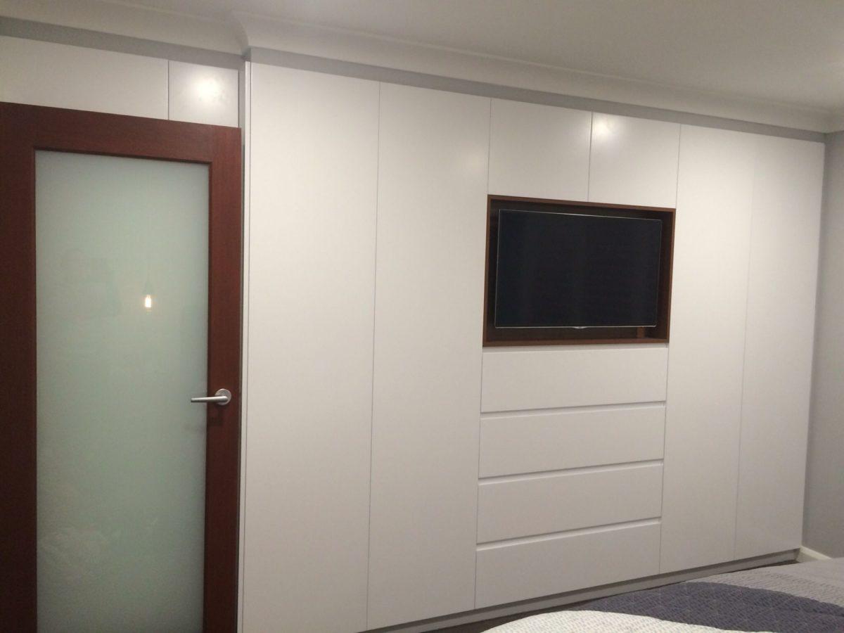 sistemare-tv-in-camera-integrato-armadio