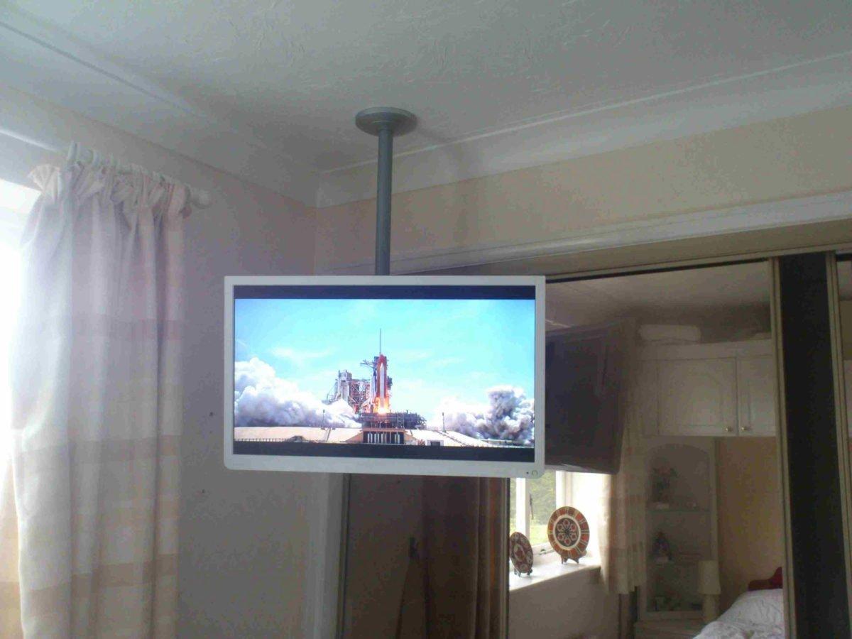 sistemare-tv-in-camera-soffitto-2