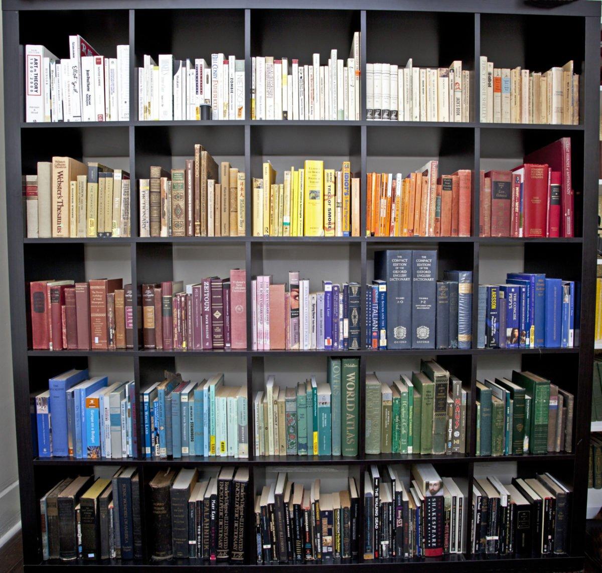 organizzare-libri-libreria-casa-colore