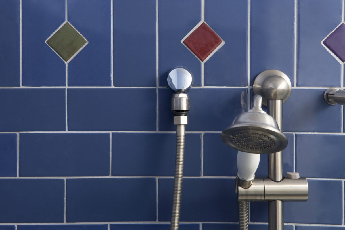 blu-mirtillo-bagno-piastrelle