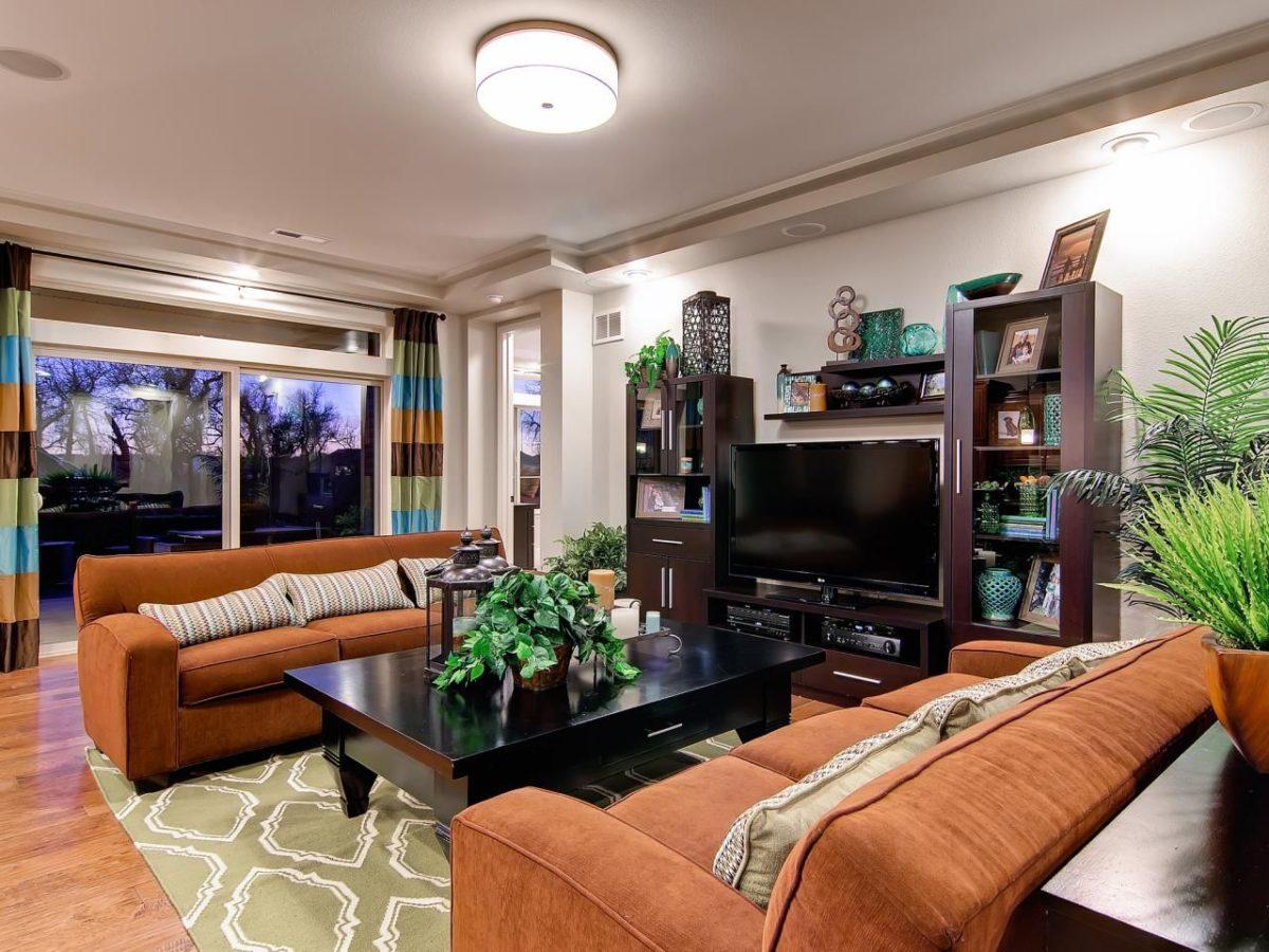 color-terra-siena-soggiorno-divani