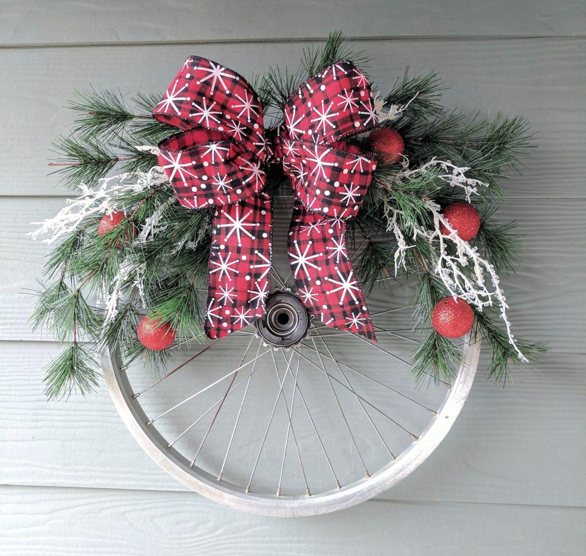 decorazione-natalizia-bici-ruota-ghirlanda