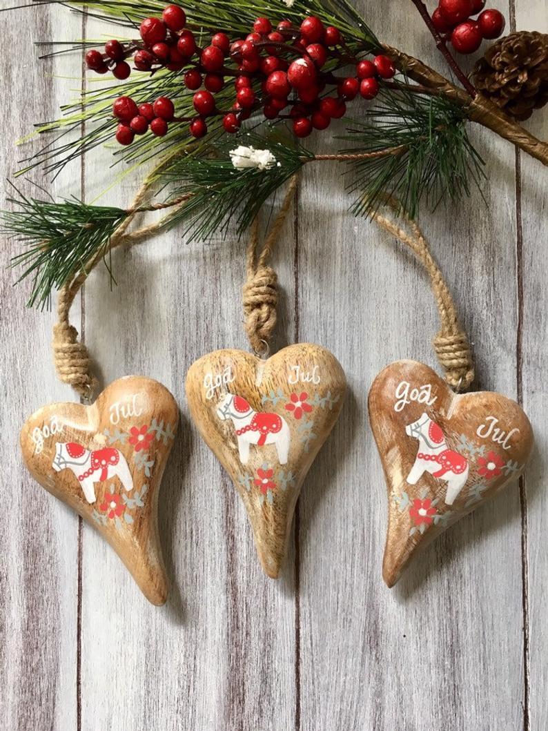decorazioni-natalizie-scandinave-cuori-legno