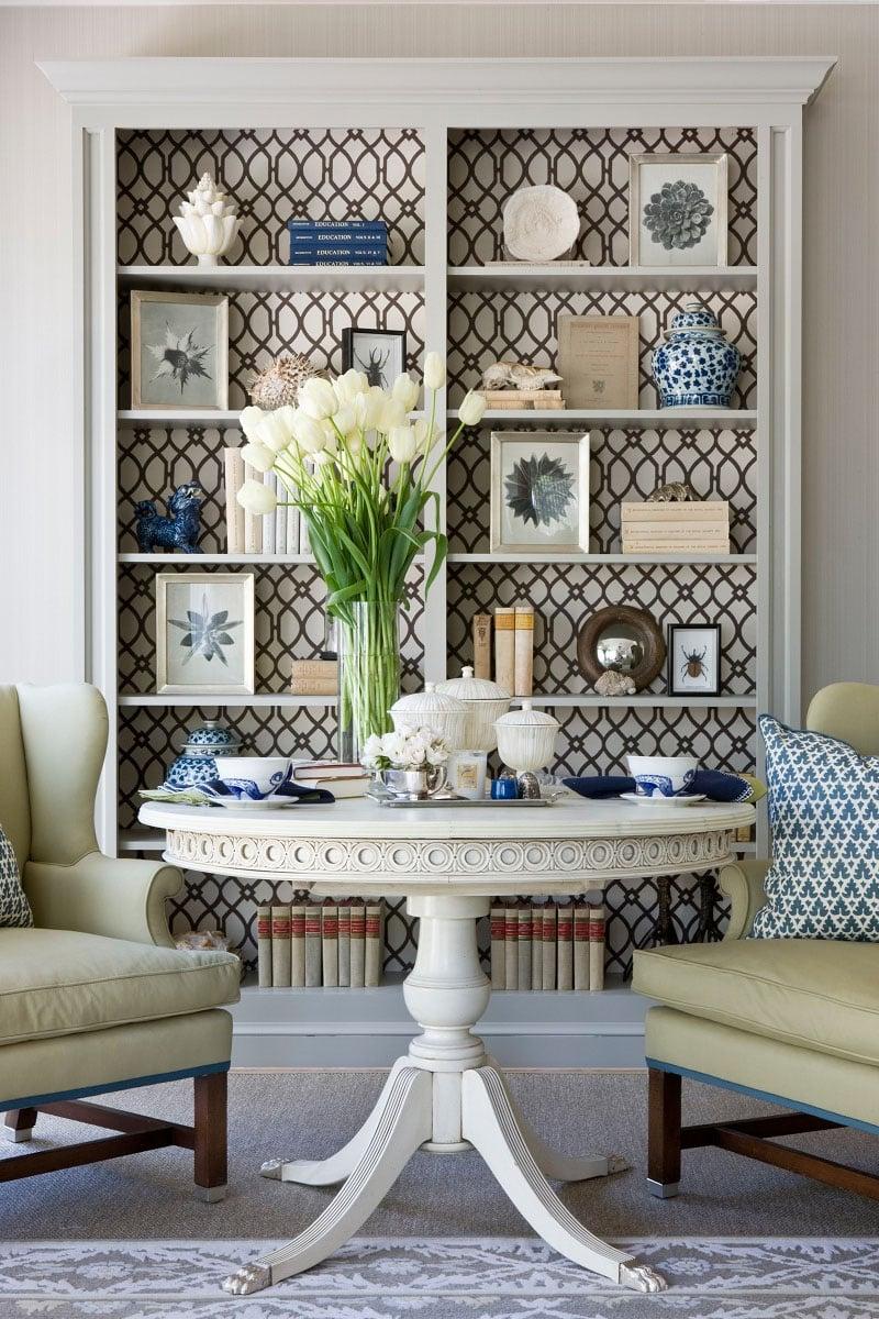 abbellire-libreria-parete-colorata