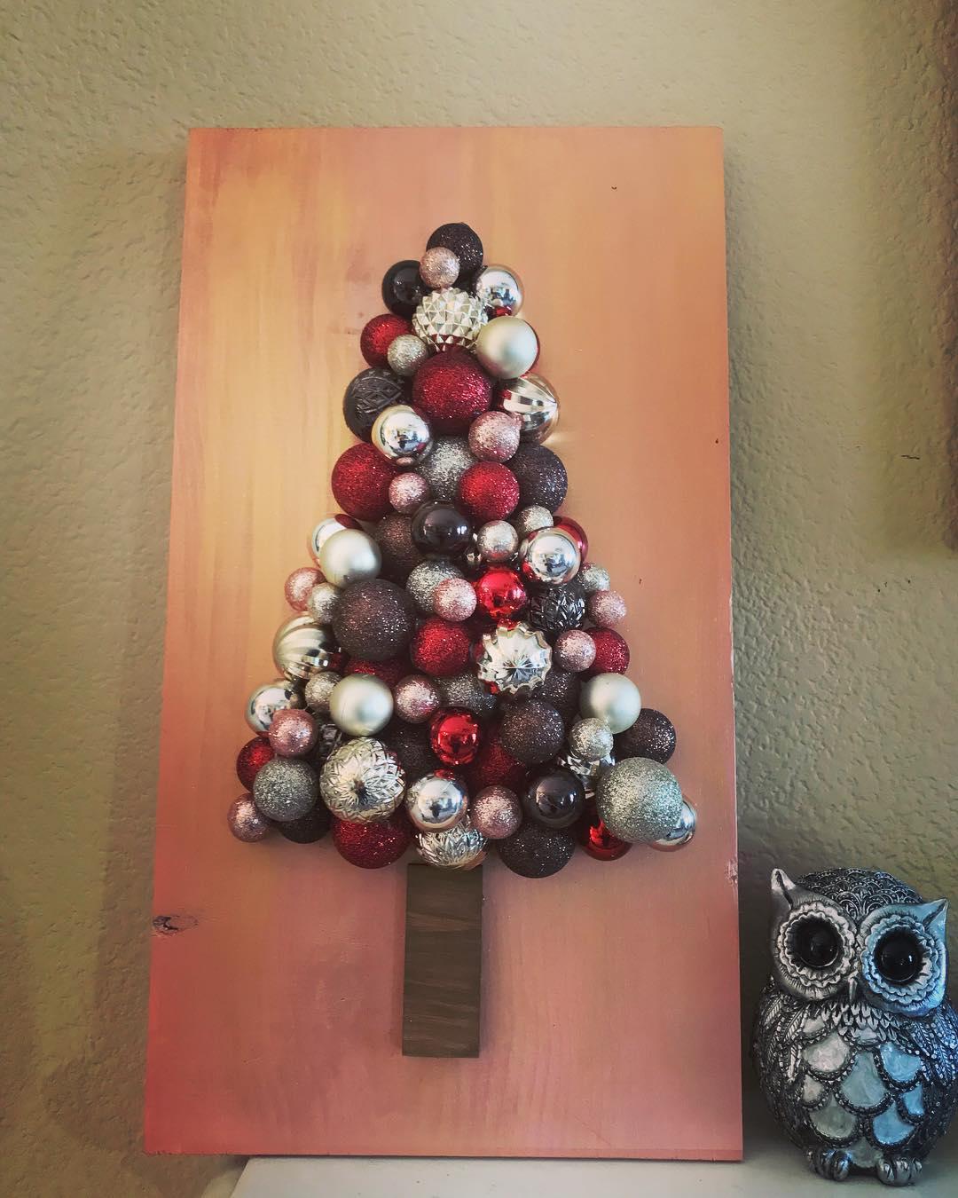 albero-natale-grande-particolare-palline-incollate