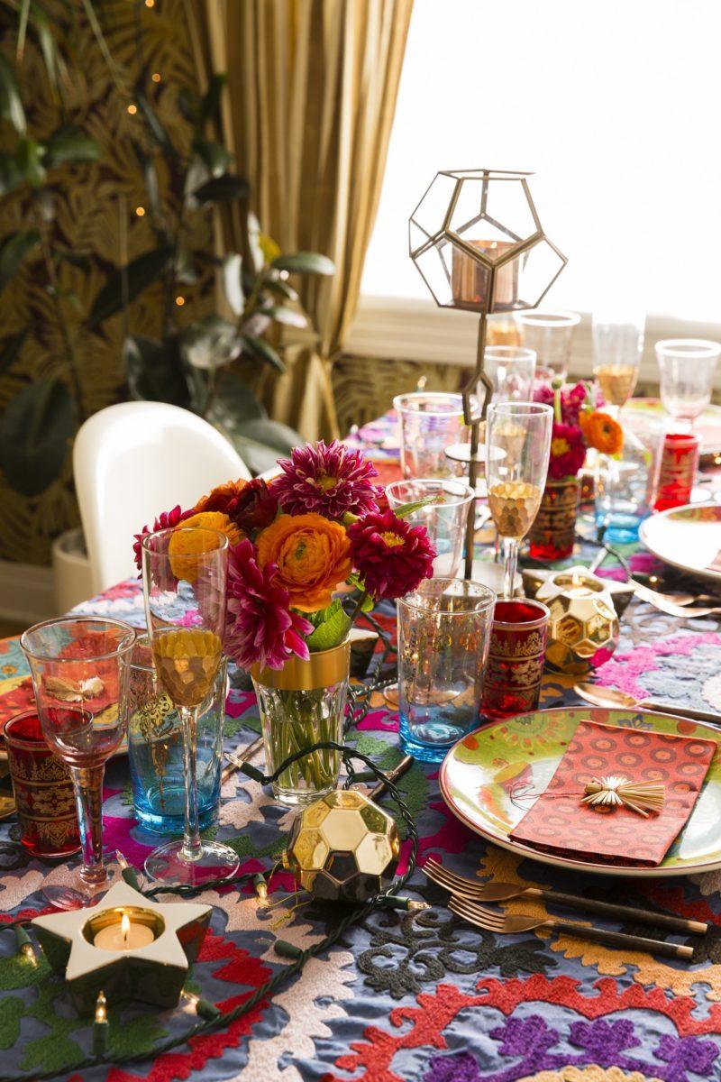 apparecchiare-tavola-stile bohemien-fiori-vasi