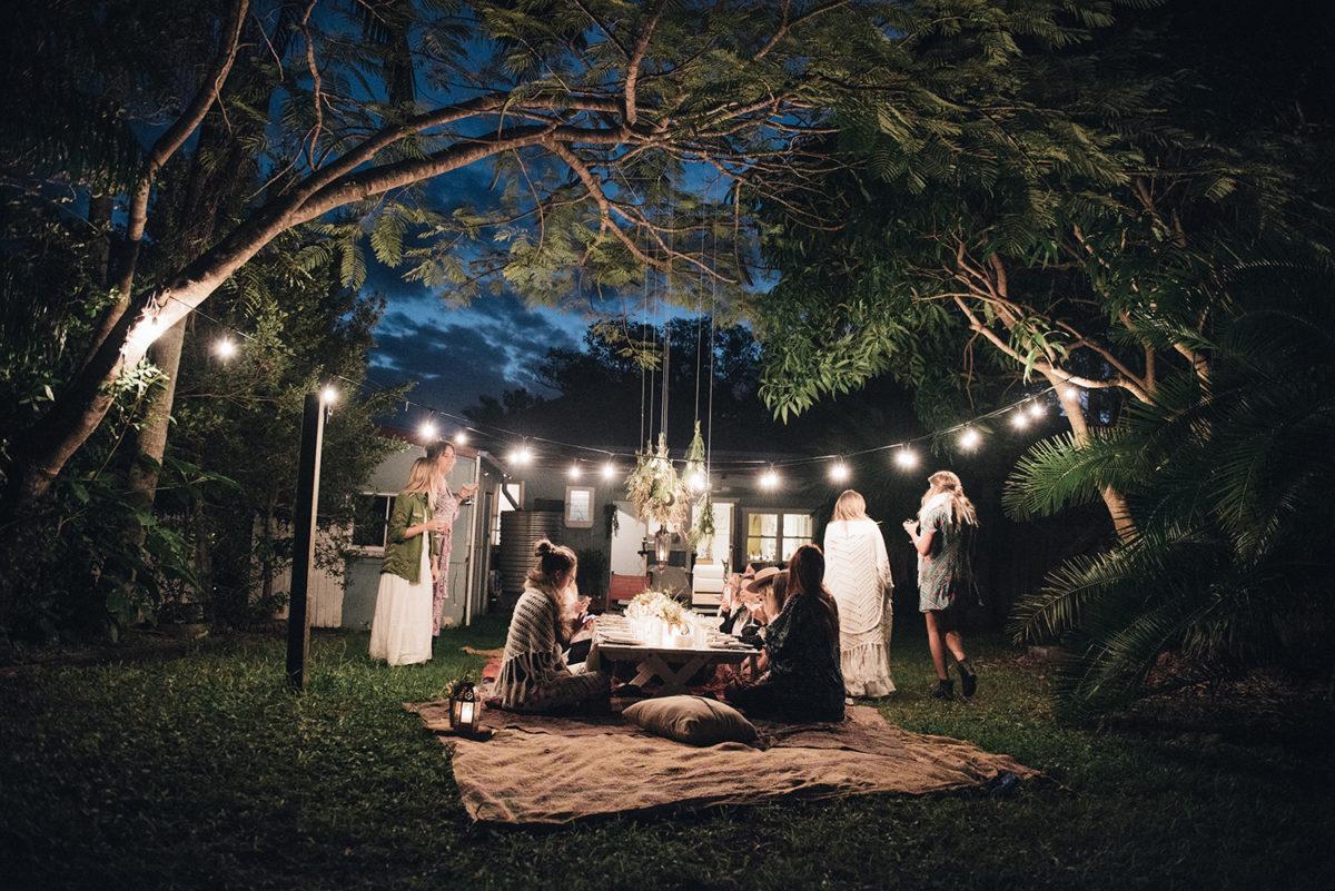 apparecchiare-tavola-stile bohemien-giardino