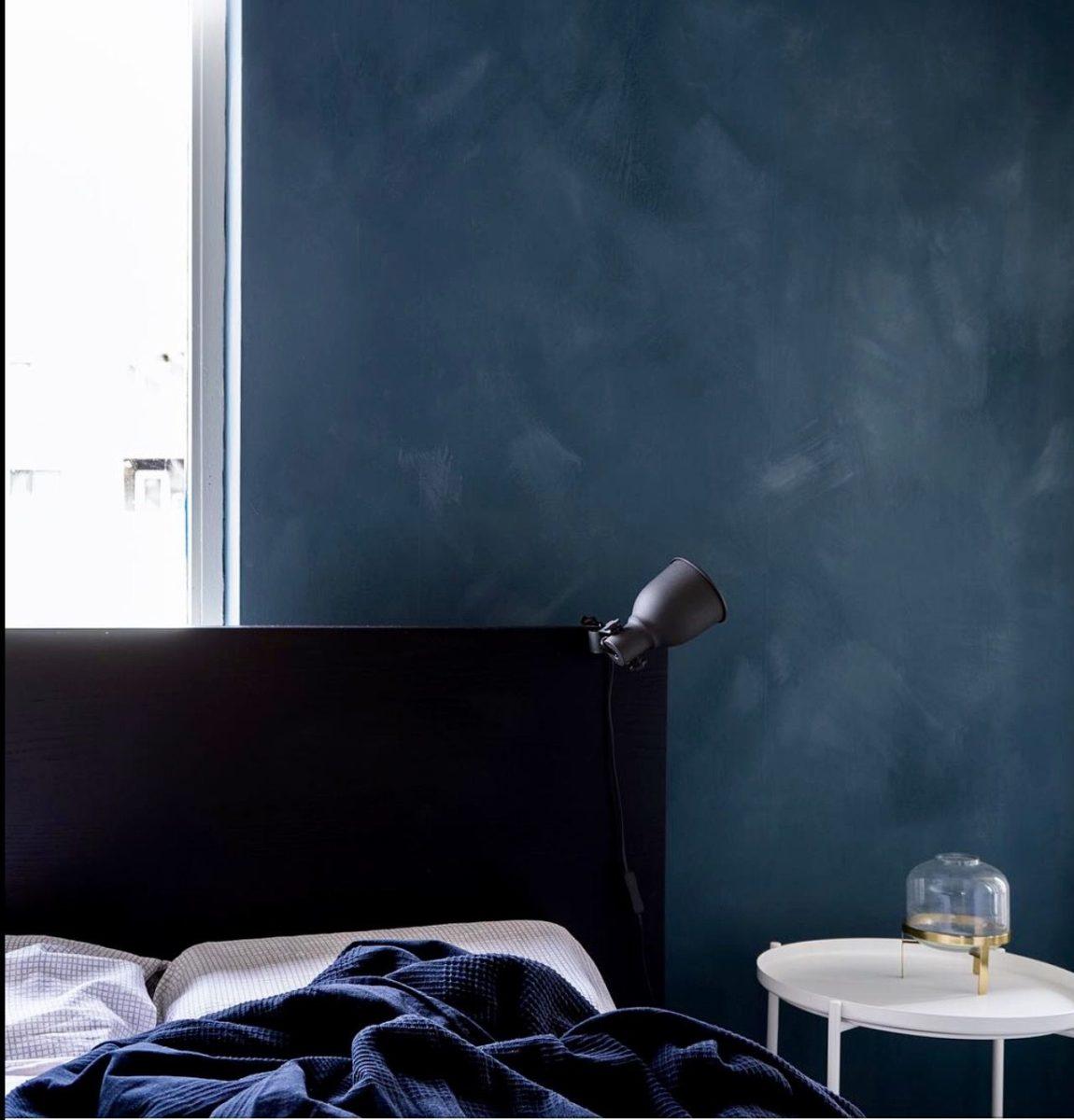 blu-acciaio-camera-parete