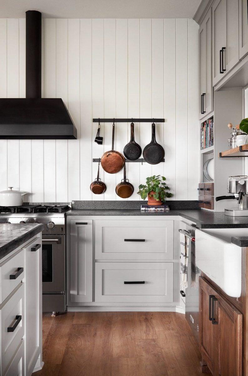 cucina-americana-parete-legno