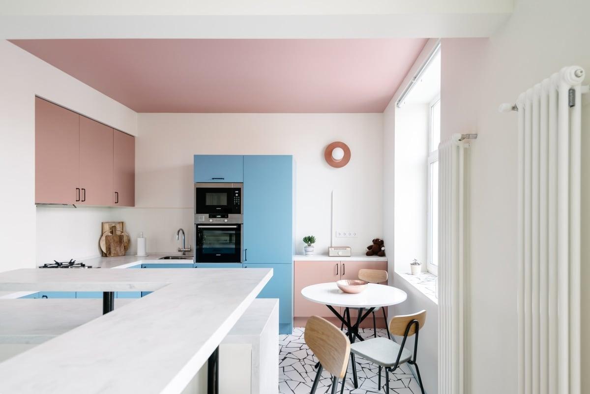 cucina-color-aragosta-contrasto-azzurro