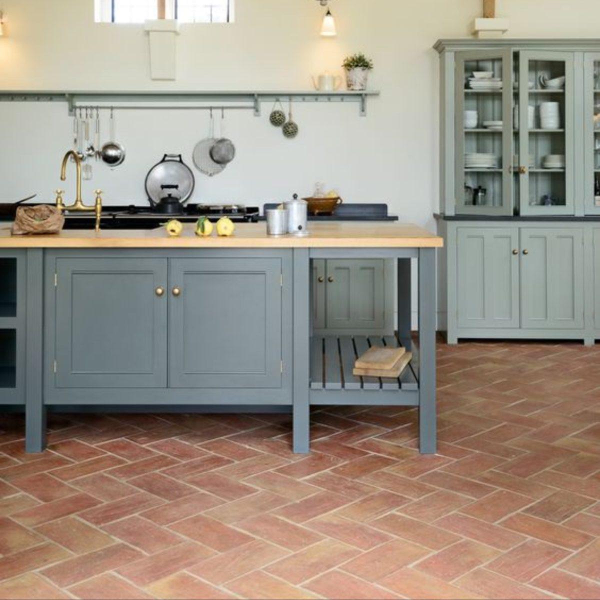 cucina-color-aragosta-piastrelle-pavimento