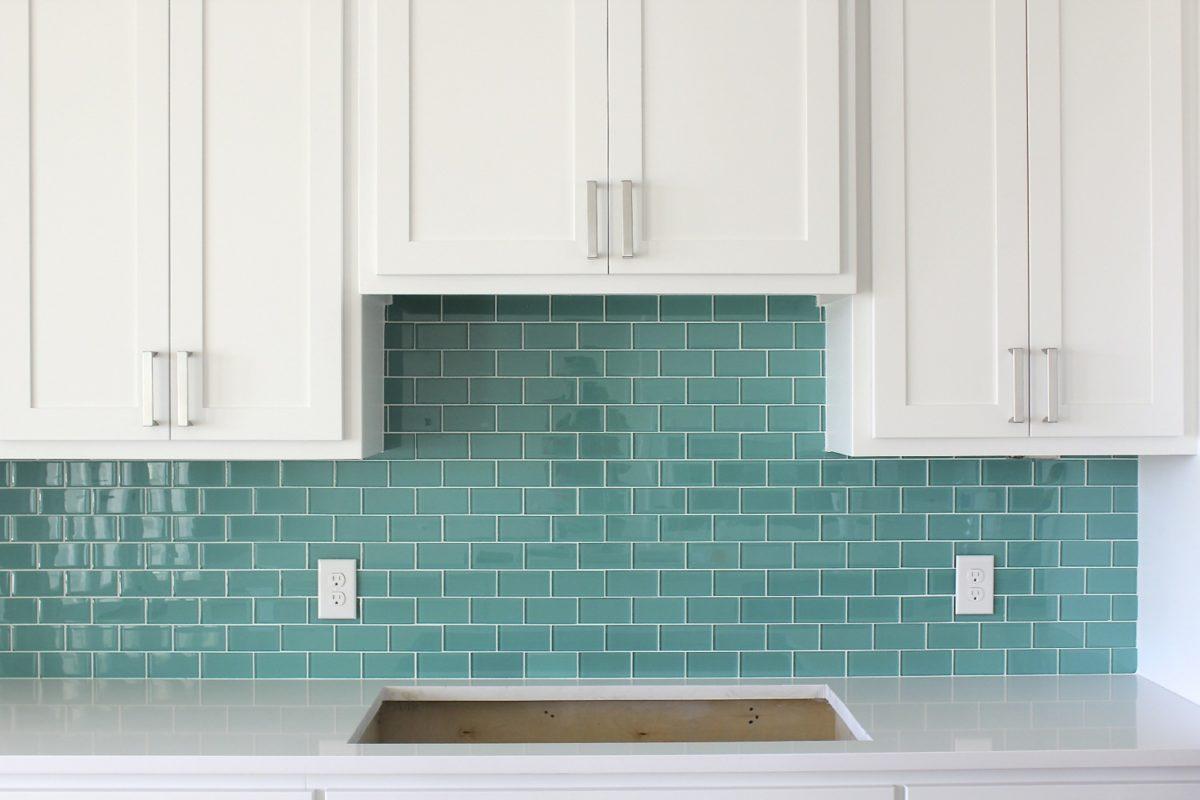 cucina-color-tiffany-parete-piastrelle