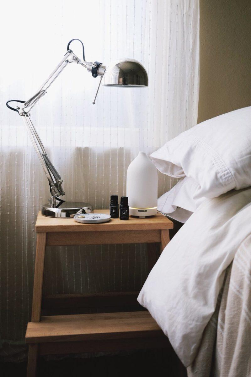 oli-essenziali-diffusore-camera-letto-tavolino