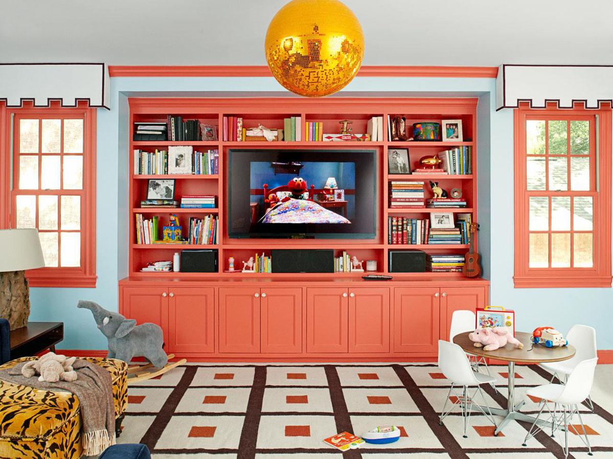 soggiorno-color-corallo-libreria