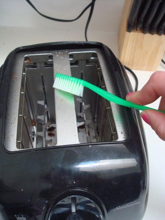 spazzolino-da-denti-pulizia-tostapane
