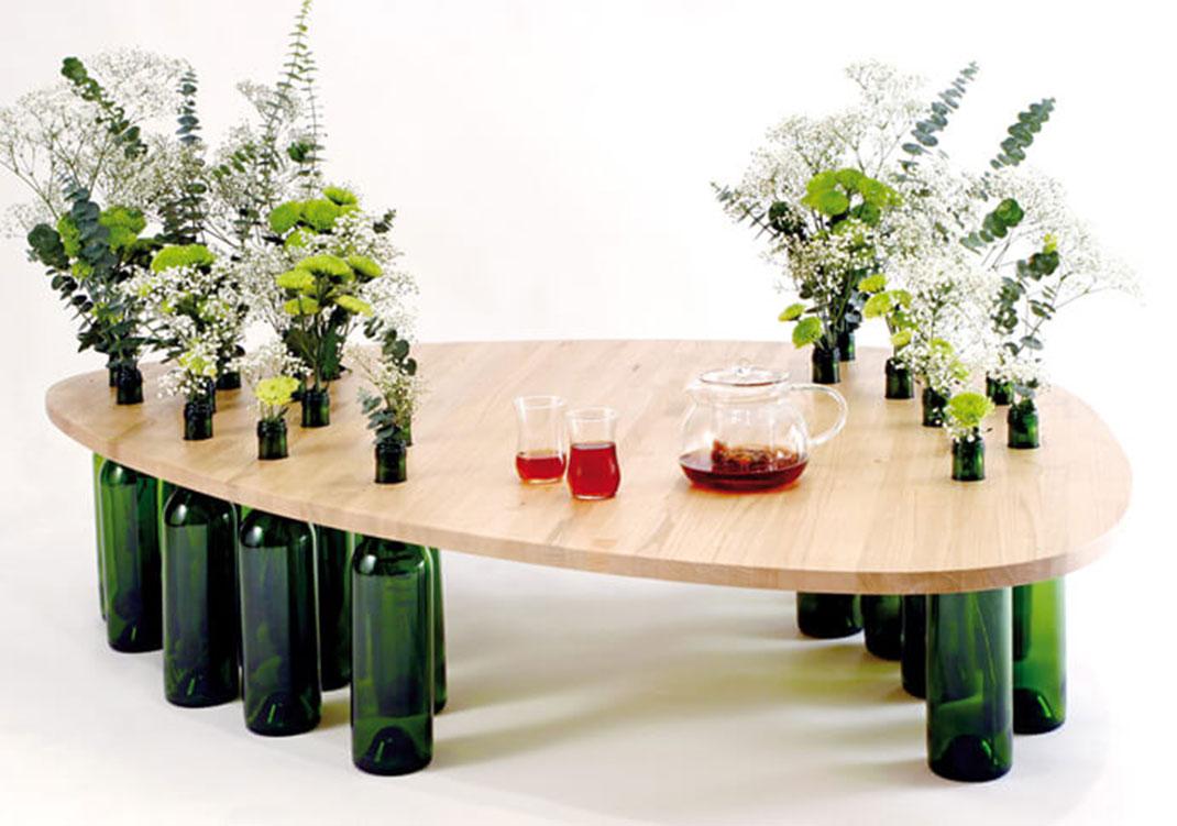 riciclare-bottiglie-vetro-tavolo